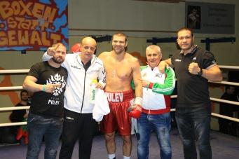 Tervel Pulev (Mitte) beim Wiking Weihnachtsboxen